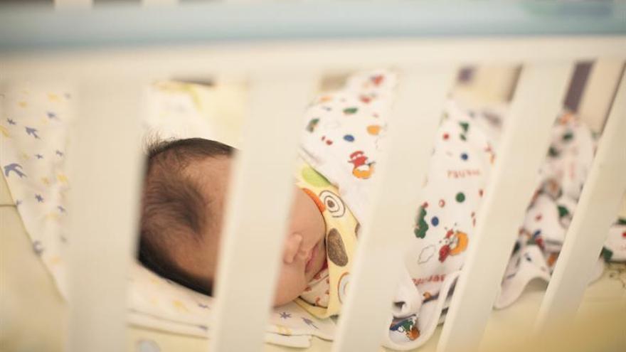 Un bebé en una foto de archivo.