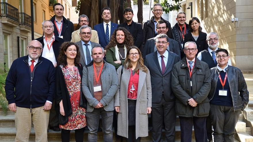 Foto de familia de políticos y agentes sociales que han trabajado en la elaboración de la nueva ley