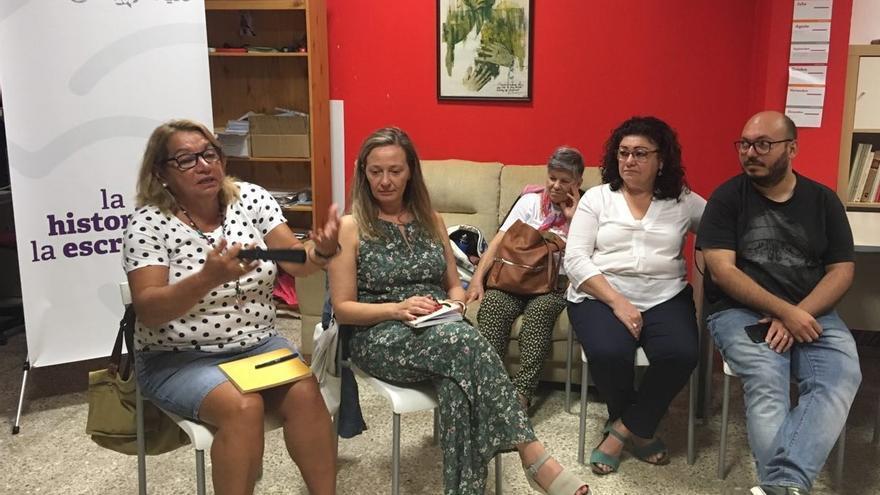 Victoria Rosell y Meri Pita en un encuentro con la militancia en la sede de Podemos Telde.
