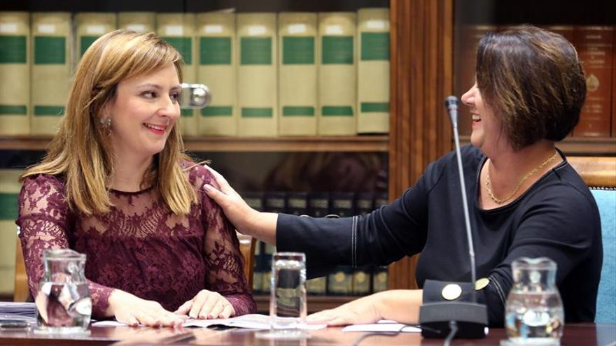 La consejera de Política Territorial del Gobierno de Canarias, Nieves Lady Barreto (i) y la diputada del NC, Gladis Acuña. EFE/Cristóbal García