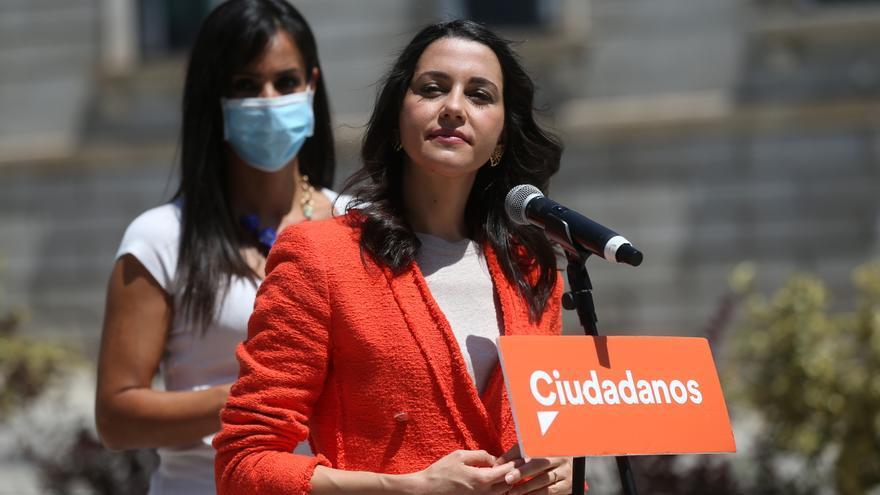La presidenta de Ciudadanos, Inés Arrimadas, ofrece declaraciones a los medios de comunicación