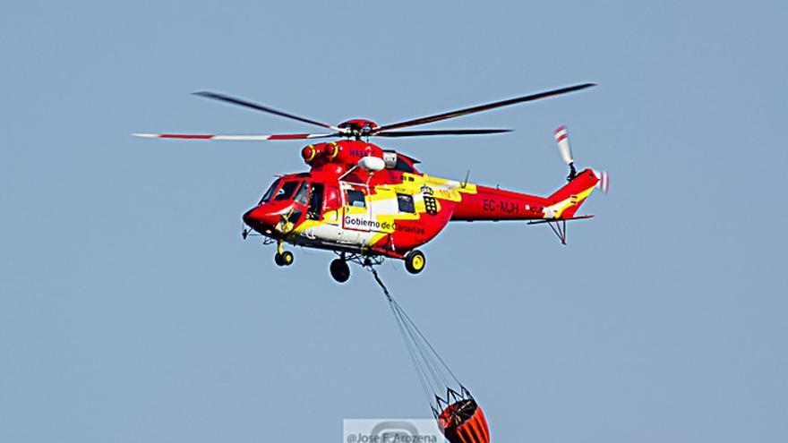 Helicópteros contra incendios en el aeropuerto de La Palma (JOSÉ F. AROZENA)