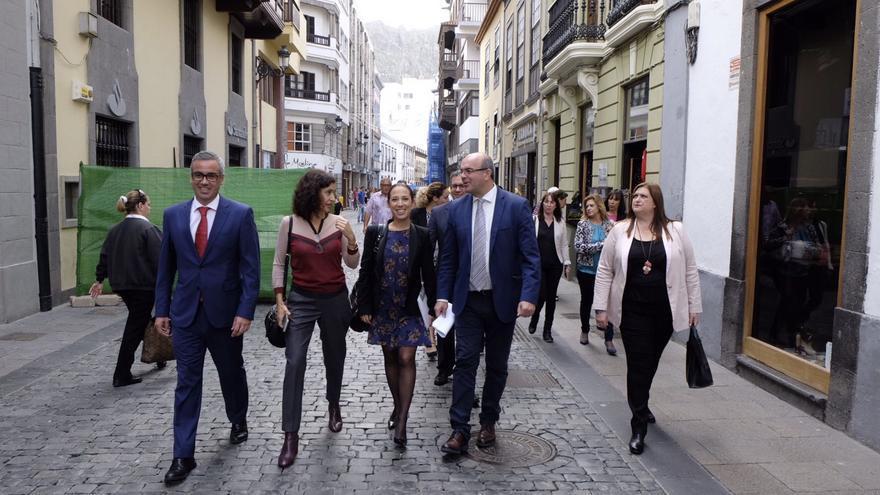La vicepresidenta del Gobierno de Canarias, Patricia Hernández, este jueves, con el alcalde de Santa Cruz de La Palma, Sergio Matos; el presidente del Cabildo, Anselmo Pestana; la consejera insular de Asuntos Sociales, Jovita Monterrey; y concejal de  de Bienestar Social, Gazmina Rodríguez.