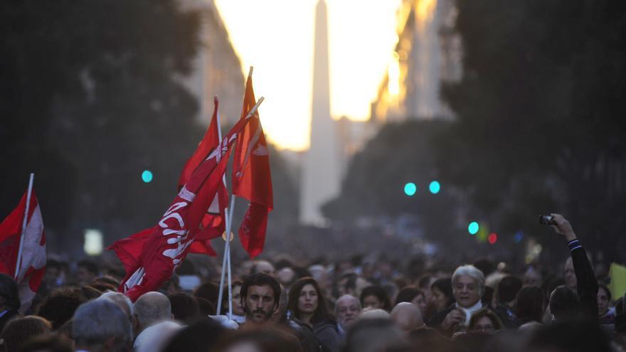 Decenas de miles de personas rechazaron en las calles la sentencia de la Corte Suprema que reduce la pena a un torturador. EFE