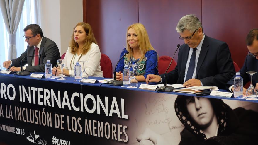 La viceconsejera de Políticas Sociales del Gobierno de Canarias, Isabel Mena (2i) y la jueza Reyes Martel (2d)