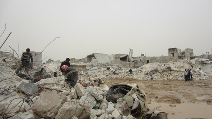 Civiles buscan cuerpos tras el ataque con misiles perpetrado por las fuerzas gubernamentales sirias en Alepo, el 22 de febrero de 2013.© AI
