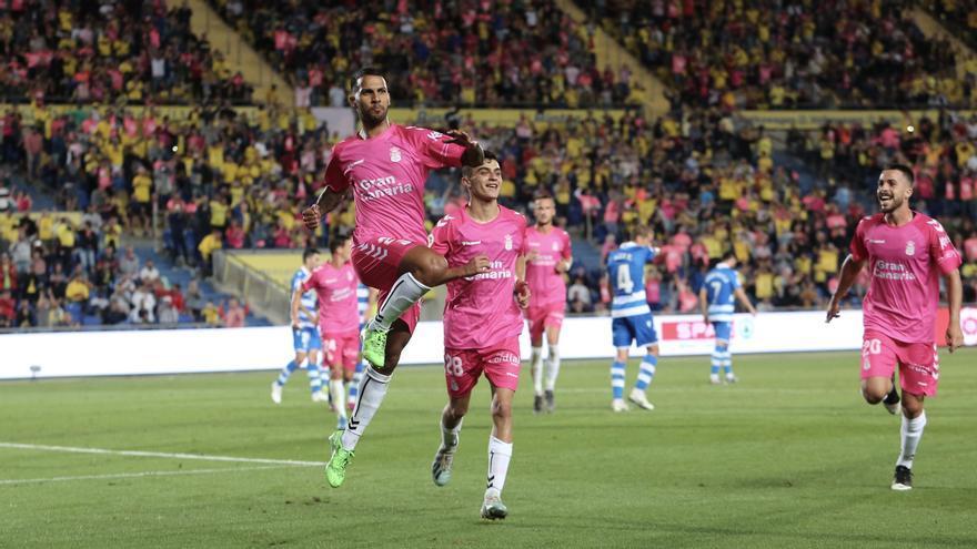 Jonathan Viera junto a Pedri en el encuentro frente al Deportivo de La Coruña.