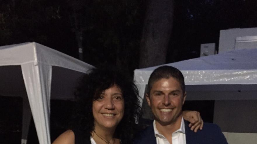 Rosana junto a Pablo Pais con productos de La Palma.