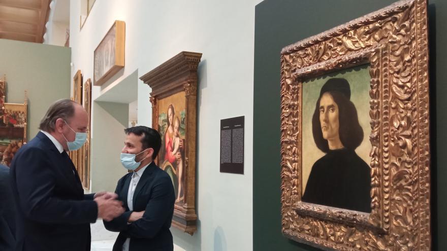 Francesc Guardans y Vicent Marzà, junto al cuadro de Botticelli.