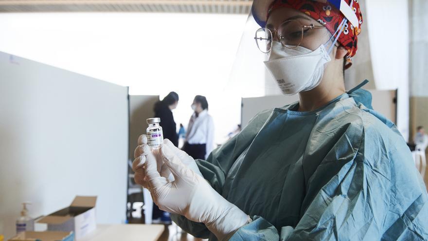 Una sanitaria durante la campaña de vacunación en Cantabria.