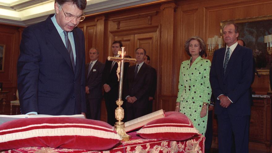 Felipe González jura su cargo como presidente el 10 de julio de 1993.
