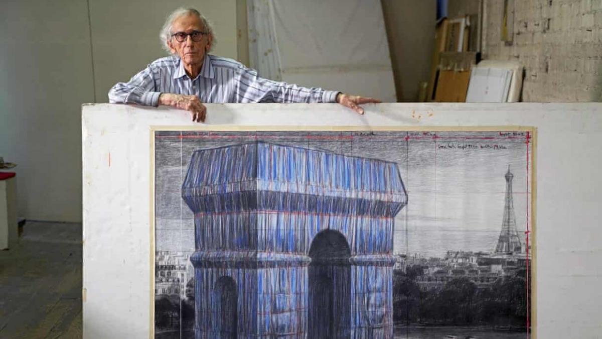 El artista Christo muestra un boceto de cómo imaginaba su obra, que no verá concluida