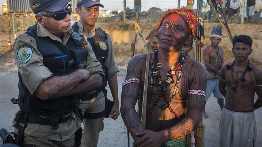 Un indígena munduruku junto a un policía durante la ocupación de la central eléctrica de Belo Monte, que comenzó a funcionar la semana pasada.