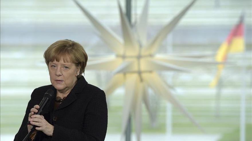 """Merkel aplaude la """"alentadora"""" propuesta de la CE para reforzar Frontex"""