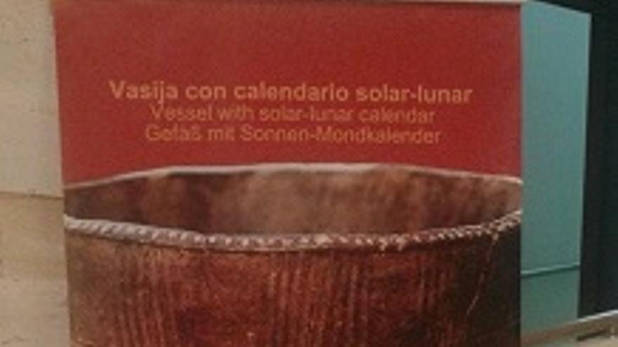 Panel informativo de la vasija-calendario instalado en el Museo Arqueológico Benahorita.