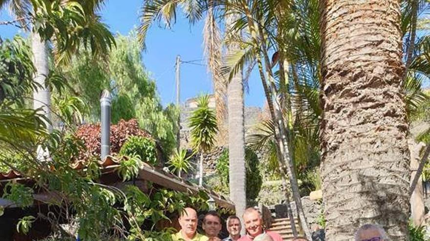 Óscar Izquierdo, presidente de Fepeco, con representantes de la Asociación de Empresarios del Suroeste de La Palma (Esuropal).