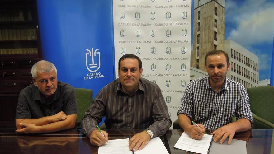 En la imagen, el consejero insular de Agricultura, Ganadería y Pesca, con dos representantes de la Asociación de Criadores de Cabra Palmera, en la firma del convenio.