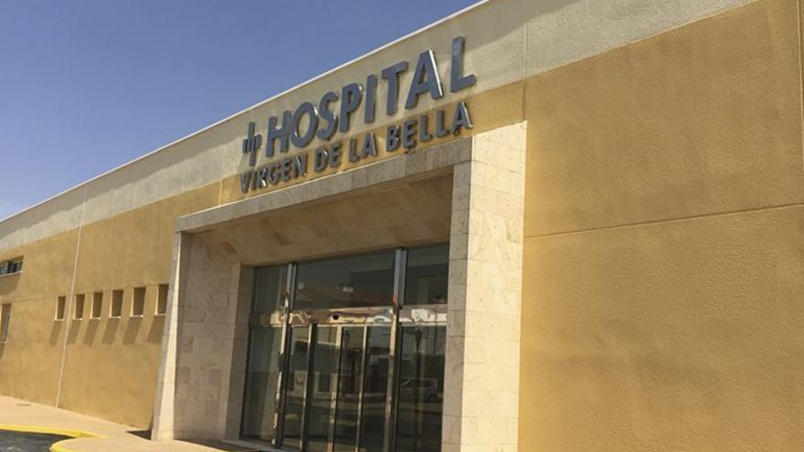 Fachada principal del hospital, situado en la salida de Lepe hacia la N-431.