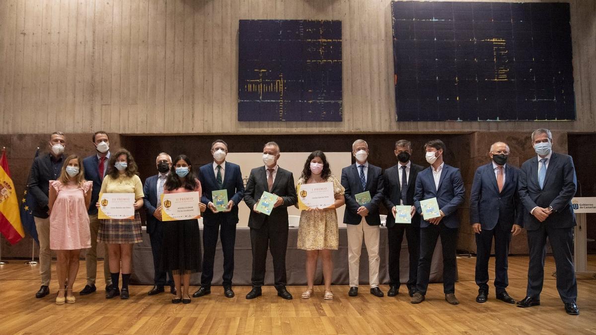 Foto de familia con los premiados en el concurso divulgativo sobre el REF de 'La Gaveta Económica'