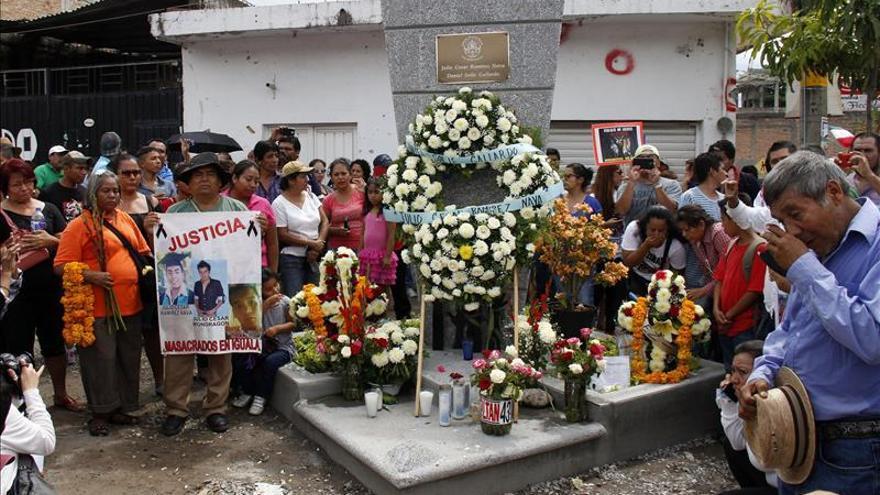 Padres de los 43 estudiantes recorren los lugares donde los jóvenes sufrieron ataques en Iguala