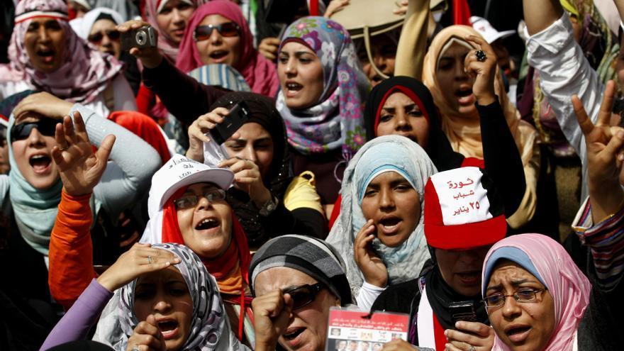 Las mujeres egipcias han sido protagonistas en las protestas de Egipto los tres últimos años. En la imagen, un grupo se manifiesta en la plaza de Tahrir de El Cairo, 1 de abril de 2011. © AP Photo / Khalil Hamra