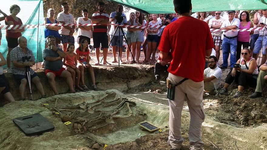 """""""Clase de historia"""" a pie de fosa por el arqueólogo René Pacheco. / ARMH"""
