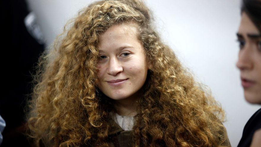 Ahed Tamimi, de 17 años, compadece ante la corte militar de Ofer en Beitunia, Cisjordania ocupada el 15 de enero de 2018. Tamimi está acusada de asalto agravado y once cargos más tras aparecer en un vídeo en el que abofetea a un soldado israelí.