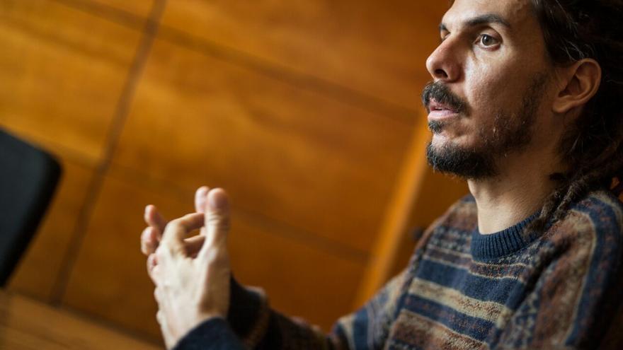 Alberto Rodríguez, en un momento de la entrevista celebrada en el Parlamento de Canarias