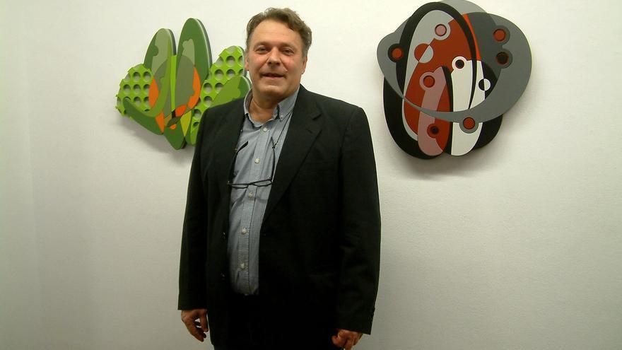 José Luis Santos junto a una de sus obras. Foto: JOSÉ AYUT.