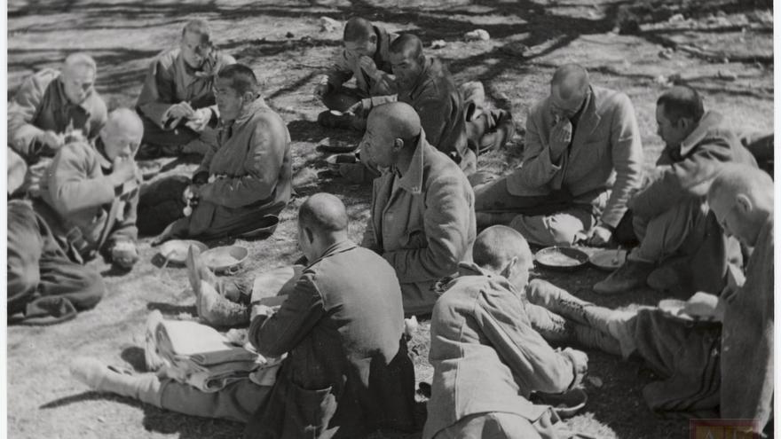 Prisioneros de las Brigadas Internacionales en el campo de concentración de San Pedro de Cardeña (Burgos).