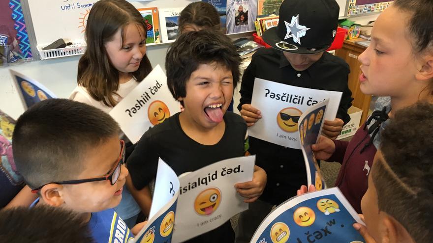 Adultos y niños pueden ayudar a proteger una lengua indígena gracias a los 'emojis' y los teclados digitales (Imagen: Cedida por Amber Hayward)