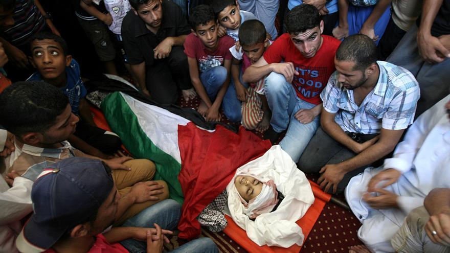 Funeral en una mezquitá de Rafá, en Gaza, por la niña Nour al-Najdi, de 10 años, muerta en un ataque israelí. Foto: Eyad Al Baba/Zuma Press.