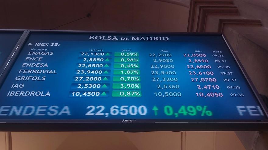 Vista de algunos de los valores del Ibex 35 en el parqué de la Bolsa de Madrid este jueves, cuando en su apertura ha registrado una subida del 1,51 % por encima de los 7.300 puntos.