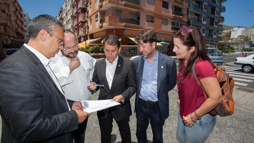 Autoridades del Cabildo y el Ayuntamiento visionan los planos del proyecto.