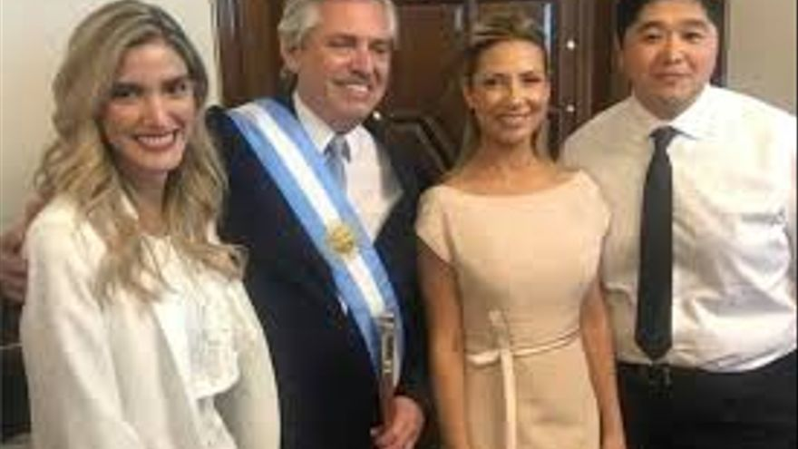 Sofia Pacchi con Alberto Fernández y Fabiola Yáñez en la asunción presidencial de 2019.