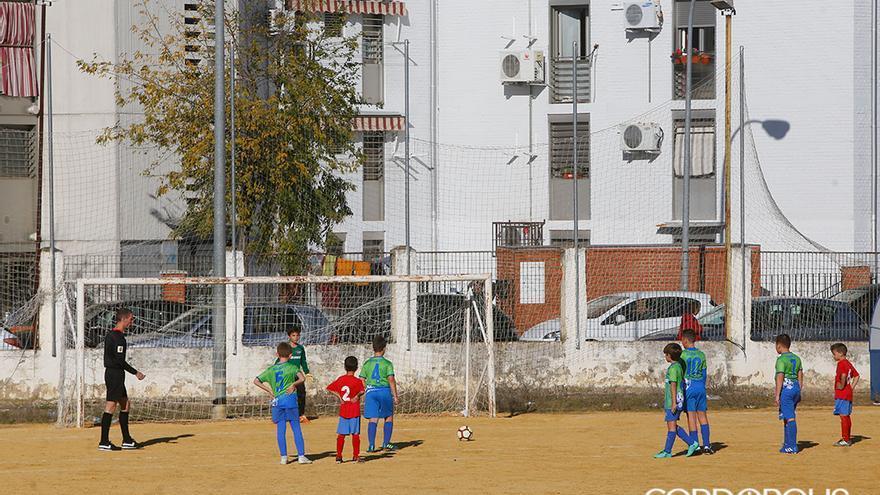 Un partido de niños en el campo de fútbol de tierra de la calle Marbella | MADERO CUBERO