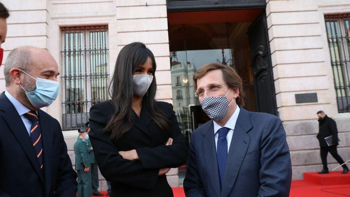 El alcalde y la vicealcaldesa de Madrid, junto al presidente de la Asamblea, Juan Trinidad.