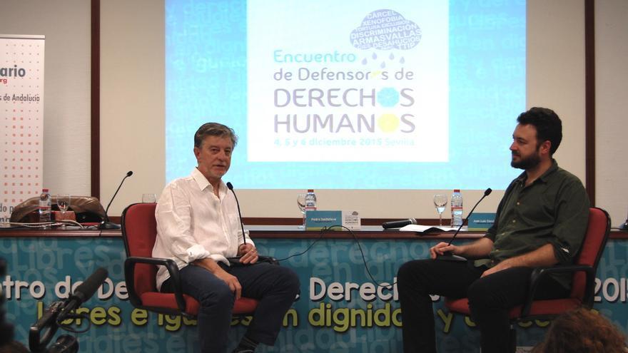 Pedro Santisteve y Juan Luis Sánchez durante un momento del coloquio / Marta Aguilar (APDHA)
