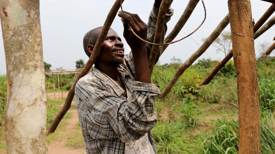 Kanlu Joseph (54 años) ha vuelto a su pueblo, Masanga Anaï, que fue atacado por milicianos hace cinco meses. Se refugió en el bosque y sus hijos enfermaron. Cuando regresó, encontró su casa destrozada y ahora vive en la escuela. Ha perdido a su hermano, a sus cuatro sobrinos y a un nieto a causa de la violencia. Trabaja cada día para reconstruir su casa y volver a tener un hogar. © Marta Sosynska / MSF