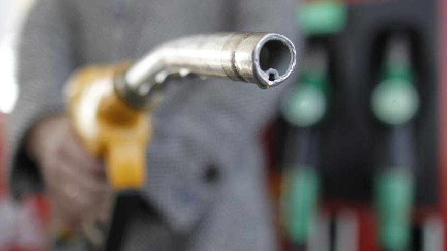 En la imagen, un surtidor en una gasolinera. EPA/GUILLAUME HORCAJUELO/Archivo