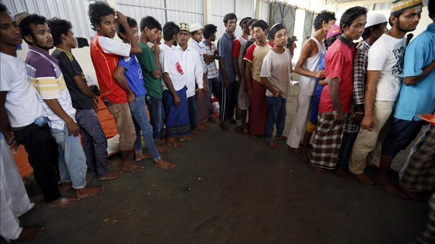 Tailandia dice que está preparada para acoger el barco con inmigrantes que navega a la deriva