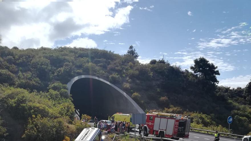 Vista general de la guagua tras el accidente en Icod de los Vinos