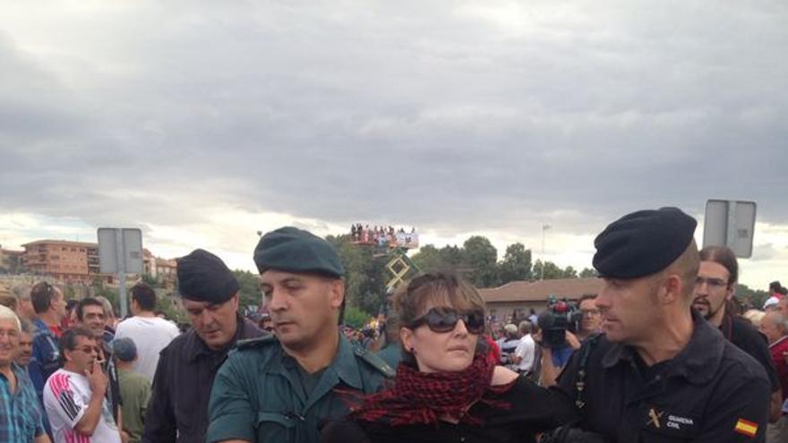 Las activistas se han resistido pero, finalmente, han sido desalojadas por la policía. / Ruth Toledano.