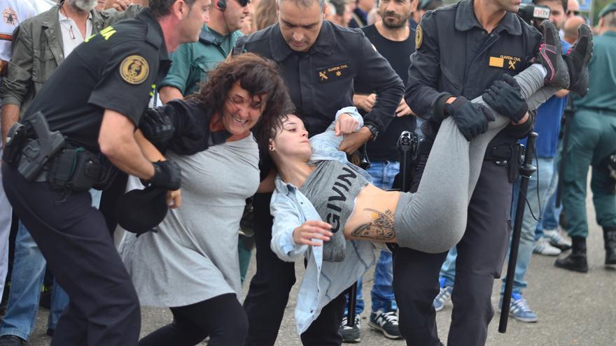 Los activistas que protestaban por el acto han sido desalojados a la fuerza del recorrido./ William Criollo.