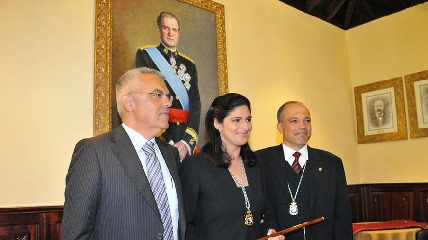 La alcaldesa Carmen Luisa Castro, junto a uno de los concejales investigados, Sixto Carlos Alfonso (izquierda)