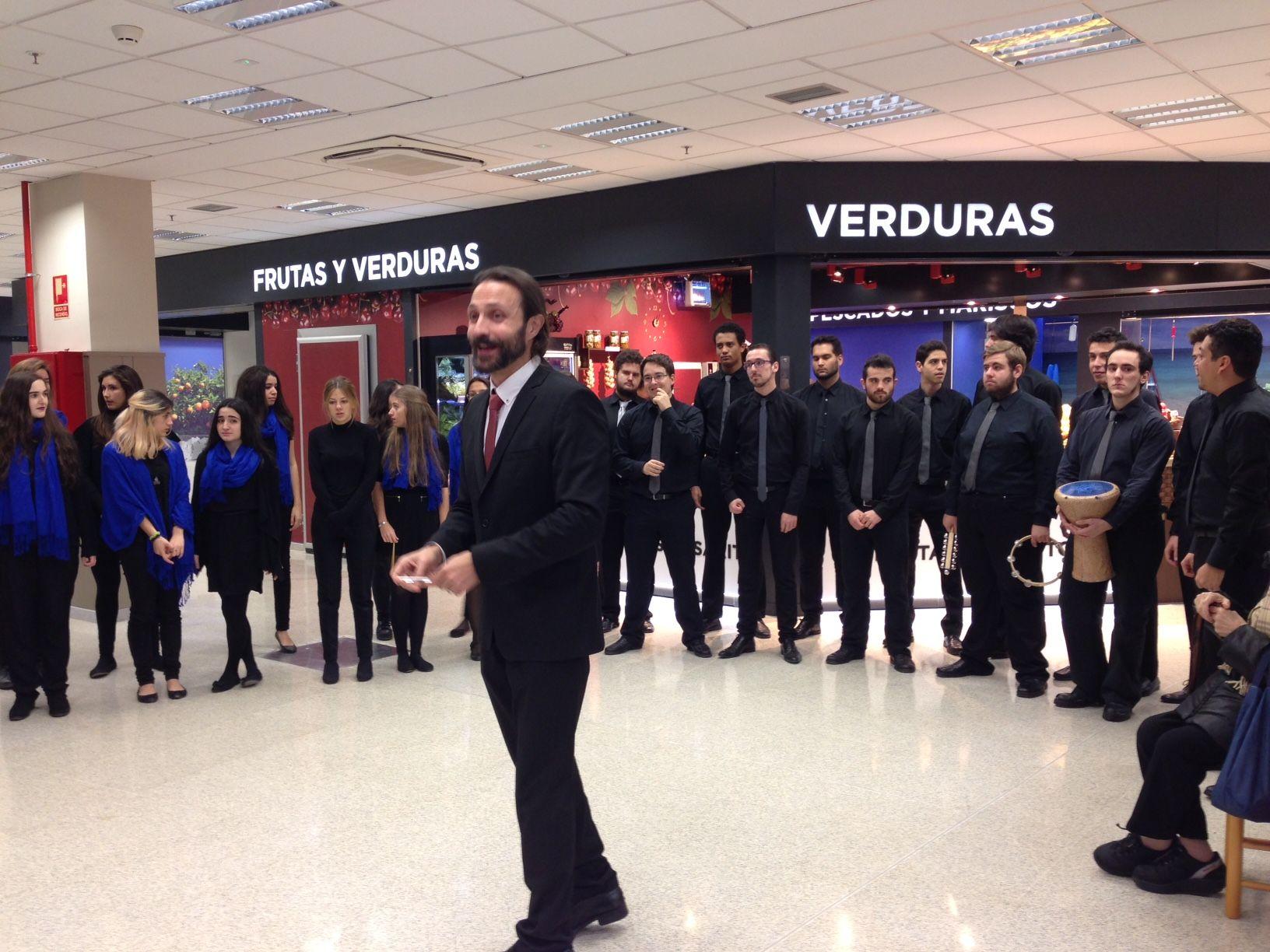 Una actuación del coro en uno de los mercados de Madrid   AYUNTAMIENTO