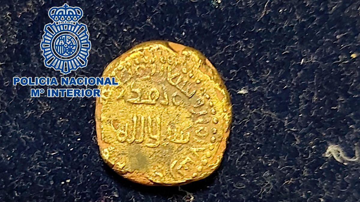 Moneda dinar de oro hispanomusulmana procedente de un expolio recuperada por la Policía Nacional.