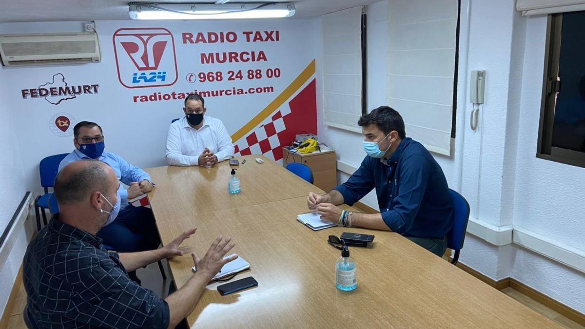 El secretario de Sociedad Civil de Podemos Región de Murcia y el portavoz en el Ayuntamiento de la capital, en la sede de Radio Taxi Murcia