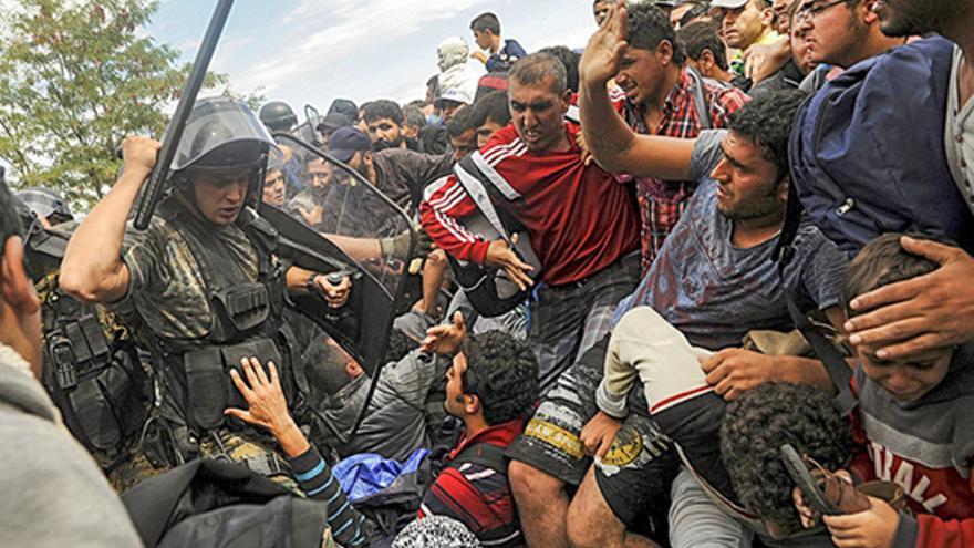Policía macedonio intimida a grupo de refugiado