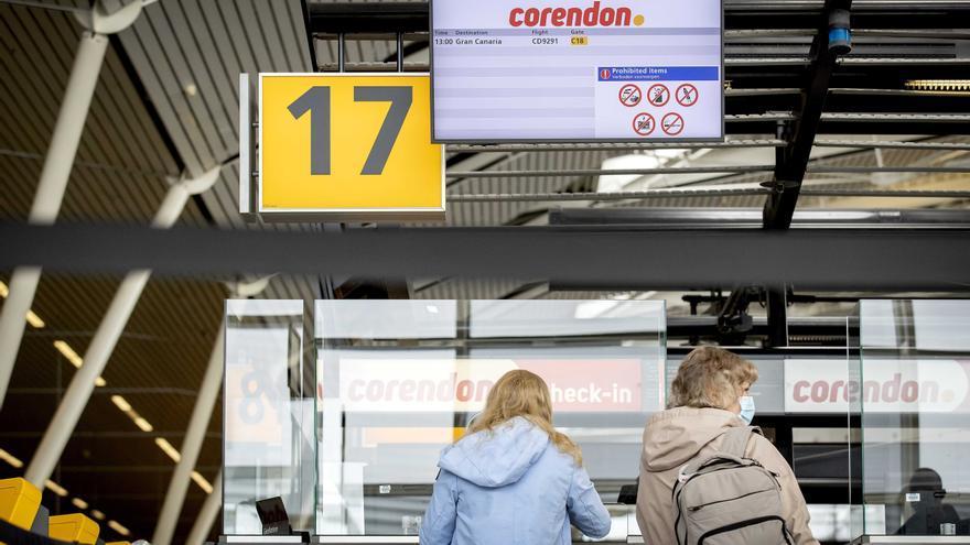 """Detenidos 6 españoles en el aeropuerto de Ámsterdam por """"alboroto"""" en un vuelo"""